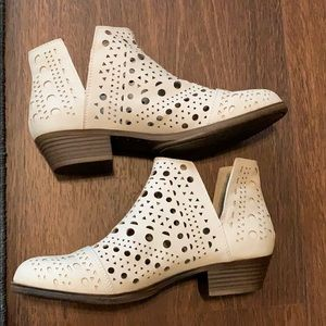 Rampage Off White Ankle V Cut Low Boots
